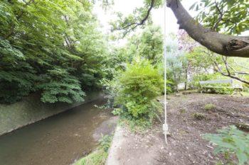 庭の向こうに流れる小川。川遊びをしたり、ターザンロープで遊んだり。