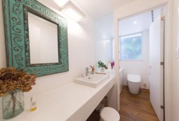 トイレの窓から、ガラス戸を通して洗面所まで光が届く。
