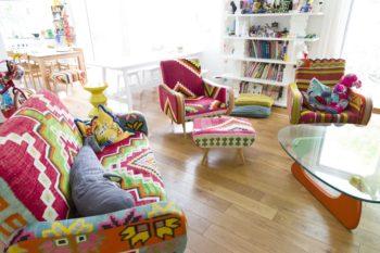 アンティークのキリムを使ったソファーはイギリス製。