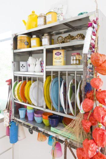 ツェツェ・アソシエのキッチンラックで、食器を見せて収納。