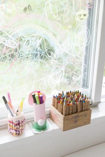 ダイニングの一角の窓は、子供たちが自由にお絵かきできる場。