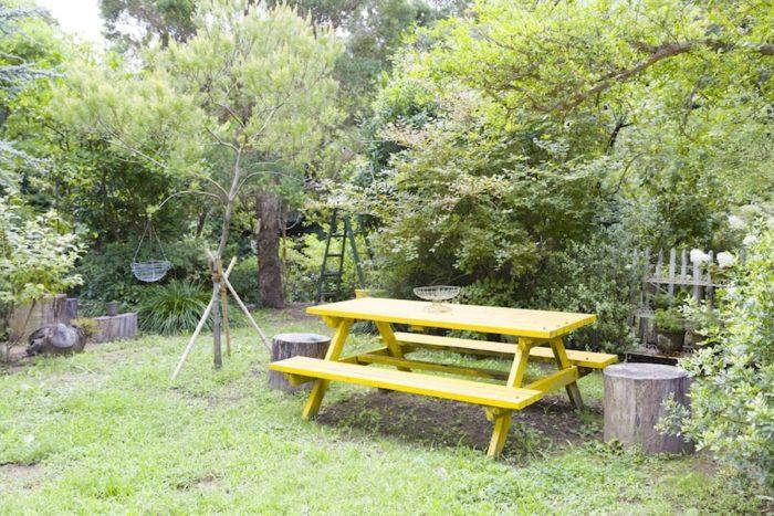庭のテーブルでは朝食を食べたり、バーベキューを楽しんだりしている。姫リンゴ、ジューンベリー、ザクロなども植えられ、実はそのまま食べたりジャムにしたりするそう。