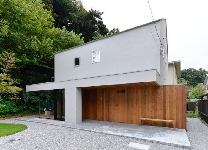 緑豊かな環境にある後藤邸。玄関は2つあり、メインの玄関は、木の壁の左端に設けられている。