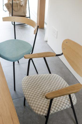 イデーの椅子の座の部分は後藤さんが選んだもの。奥の椅子は外の緑との関係を考えてこの色を選択した。