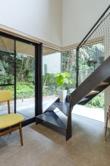オブジェのような感覚でデザインされた階段。直角に上がる部分のデザインもシャープだ。