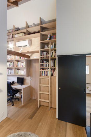 大きな書棚は後藤さんの希望でつくられたもの。