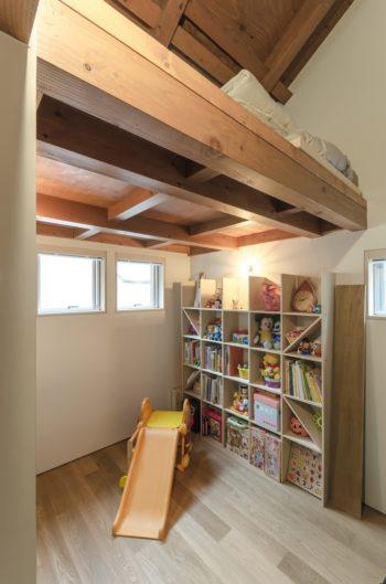 5 歳のお子さんの子ども部屋。上にはロフトが設けられている。