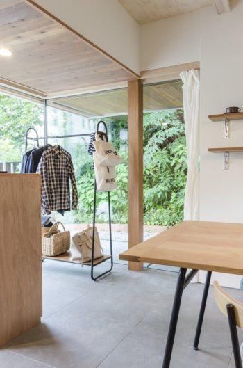 内部の1段低くなった天井部分は軒下との連続性を考慮して施工途中で濃いめの木を張るよう設計変更した。