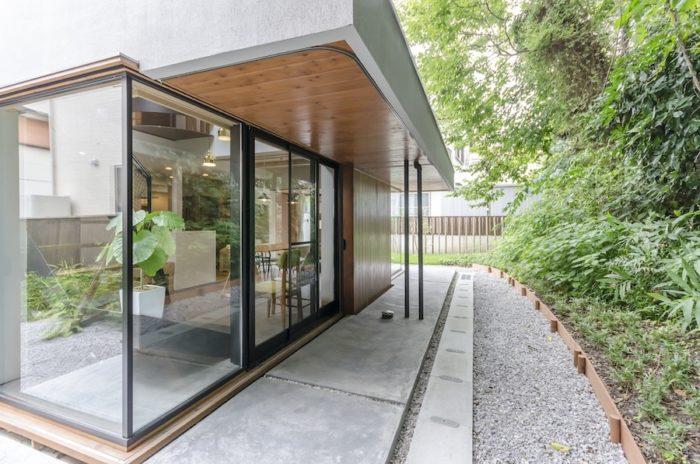 軒下の部分にカーテンレールが付けられていて、冬にもカフェテラスのように軒下スペースが活用できる。