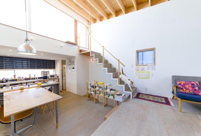三方を隣家に囲まれて建っているため、北西に向いた窓からたくさんの光を取り込めるように設計した。
