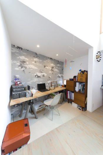 2階のダイニングから跳ね出したスペースはジュエリーデザイナーの由香子さんの仕事場。壁紙は柄合わせをしながら貼った。