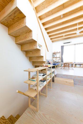 軽やかなデザインの階段も亮佑さんが制作。構造合板の木目が美しい。