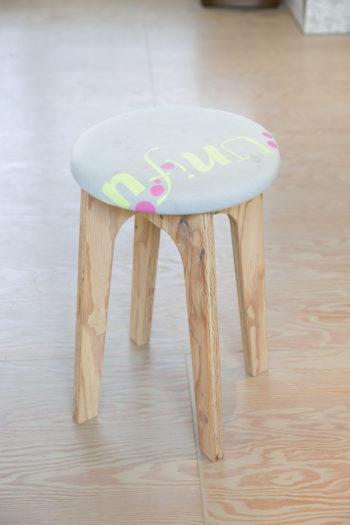 亮佑さんの家具作りのワークショップで作ったスツール。脚を組み合わせ、お気に入りの古着を座面に貼る。