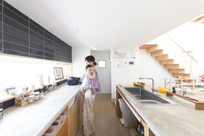キッチンのタイルは由香子さんのセレクト。天板は針葉樹合板にモルタルを塗っている。