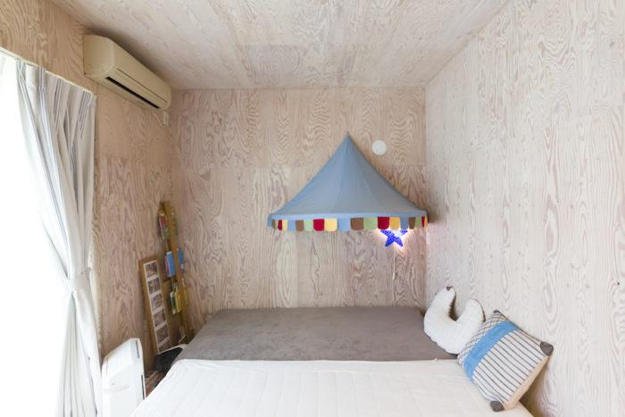寝室は構造用合板の壁に白を加えて薄くペイントし、柔らかな雰囲気に。