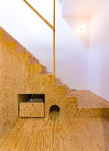 階段の下に猫用の出入り口と、引き出し式の猫トイレを作った。