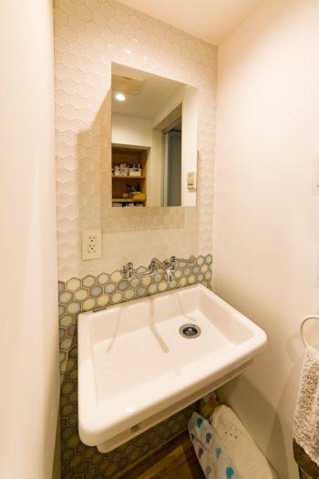 洗面所には六角形のタイルを貼った。洗面ボウルは実験用のものを使用。