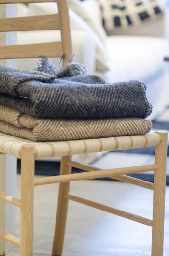 シンプルなデザインでどんな家具とも相性がいい。室内ではひざ掛けとしても活躍する。