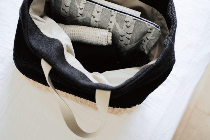 ジャガード織の落ち着いたグレートーンの配色。新商品のポーチは大容量でさまざまなアイテムの収納に便利。