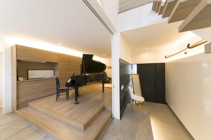 段差をつけたリビング。弾いていないときのグランドピアノは美しいインテリアとして愉しませてくれる。