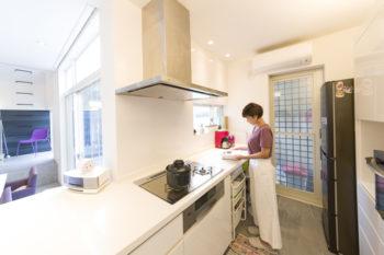 キッチンカウンター奥のスペースは奥さまの作業スペース。窓越しにテラスで遊ぶ子どもたちの様子が見える。
