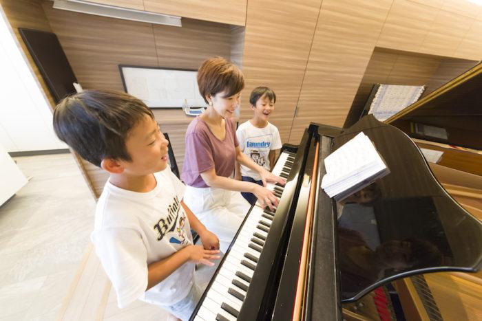 長男(手前・小4)と次男(小2)が歌を披露してくれた。澄んだのびやかな声は、さすが!音楽家のお子さん、という印象。