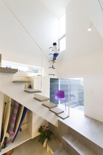 採光通風窓の開閉や掃除のために取り付けたタラップは子どもたちに人気の遊び場。