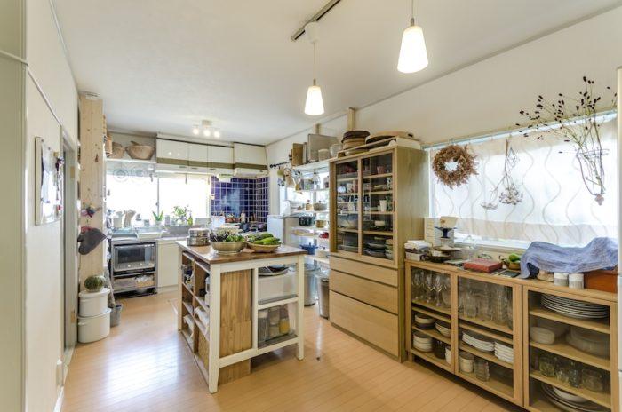 窓が多くて広々としたダイニングキッチン。「温かみのある空間にしたかったので、棚や作業台は木で統一しました」(幹子さん)。