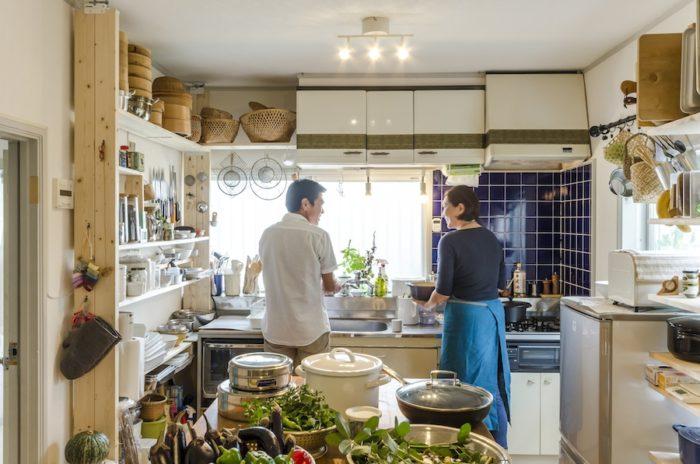 キッチンは元々この家についていたものを活用。「レトロな趣のブルーのタイルが気に入っています」と幹子さん。吊り戸棚にはご自分でマスキングテープを貼り、表情をつけた。