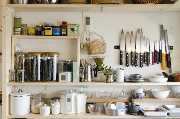 愛用の調理器具が並ぶ棚は、五味さん夫妻とご友人でDIYしたもの。「既存のキッチンの収納だけでは足りなかったので、見せる収納をつくりました。生徒さんたちも道具を取りやすいので、重宝しています!」と幹子さん。