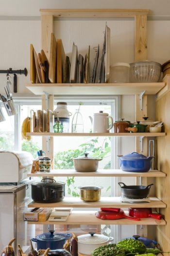 愛用のル・クルーゼの鍋を並べるのもDIYした棚。重たい鍋を置いても大丈夫なように、知り合いの大工さんに助けてもらった。