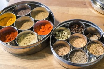 教室では、風味豊かなインド産スパイスを使った料理も教えている。「難しいと思われがちですが、意外と取り入れやすいんです」。