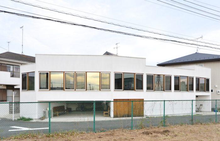 川に向かって建つ鈴木邸。横一列に開口が開けられているが、扇状平面で部屋の向きがそれぞれ異なるうえに床のレベルが異なるため、部屋ごとに見える景色に大きな変化がある。