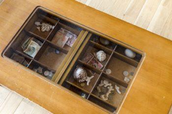 寛子さんが独身時からもっているテーブルには海外旅行の思い出の品が収められている。