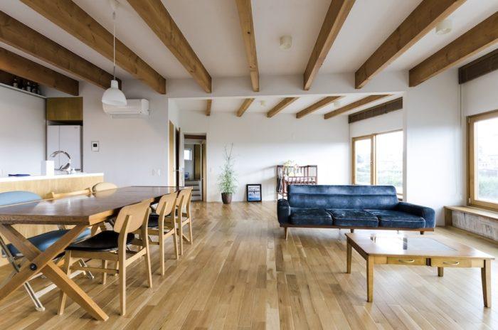 リビングスペースに夫婦で選んだ家具が見事にフィットしている。素敵な色のソファもPACIFIC FURNITURE SERVICE で購入したもの。