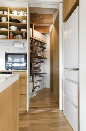 キッチンの奥のパントリーのさらに奥に、収納スペースがつくられている。
