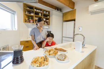 寛子さんの希望でキッチンはリビングに向かい合うようにつくられた。