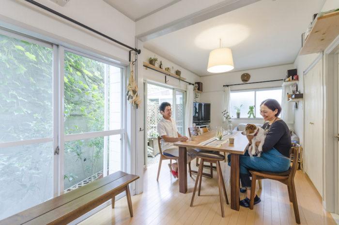 1FのLDKはL字型になっており、リビング側ではキッチンが視界に入らないのでゆったりとくつろげる。大きなウォールナットのテーブルは、葉山ガーデンにオーダーしたもの。