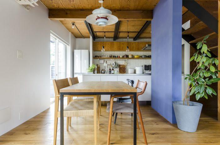ダイニングテーブルも、木とアイアンの組み合わせを選んだ。プレイマウンテンで購入。椅子は宮崎椅子製作所。