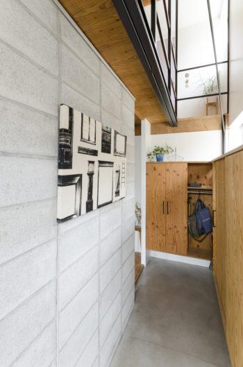 コンクリートブロック塀にモルタルの床の玄関は、露地のような雰囲気。