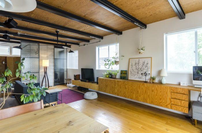 広々としたリビングは、無垢のオーク材の床が素足に心地よい。中央のキャビネットが、ご主人自らデザインしたもの。