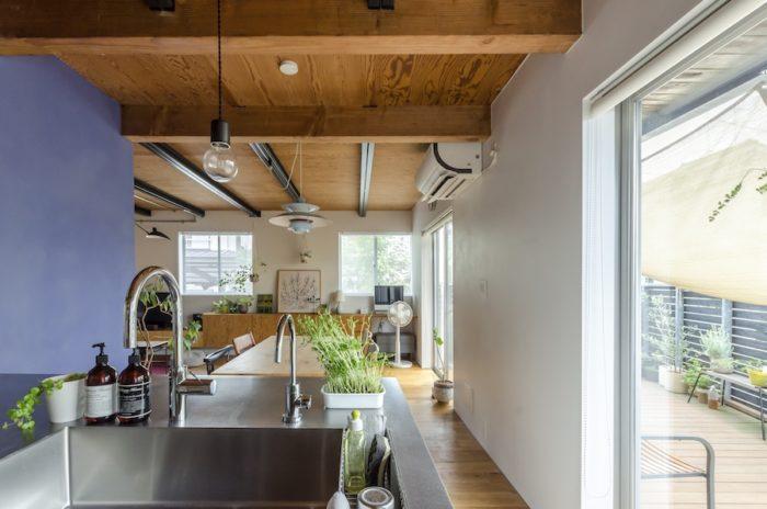 キッチン、ダイニングは南側のテラスに隣接して明るい。対面式のキッチンは、サンワカンパニーで。
