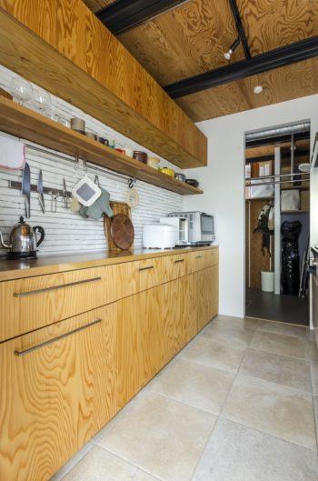 ベージュ系のタイルが暖かい雰囲気のキッチン。冬、冷たくないよう、床暖房にも対応している。