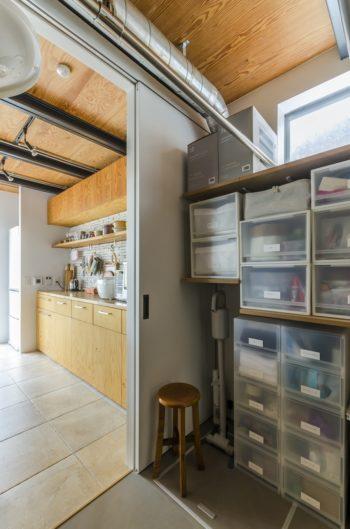 キッチン側と洗面所側の2カ所から入れて便利な収納庫。家事まわりのものをほぼ一括に収める。