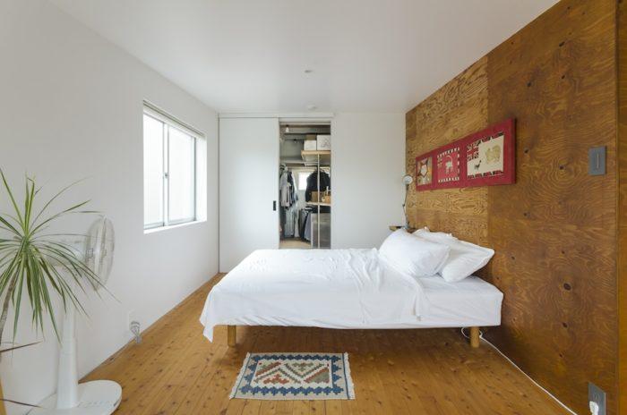ラーチ合板の風合いにどこか癒されるベッドルーム。納戸をウォークインクローゼットにリノベーション。