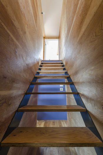 階段下にあった収納は取り外してスケルトンに。ブルーグレーの壁が向こうに見えて清々しい。