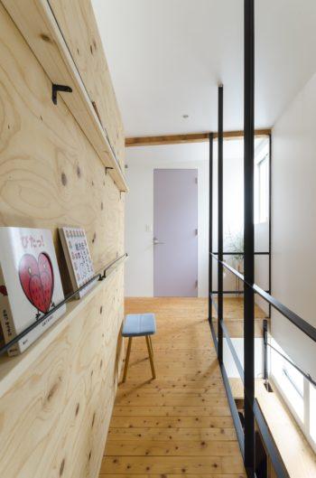 吹き抜けにはDIYで小さな棚を設置した。絵本などを飾るスペースに。