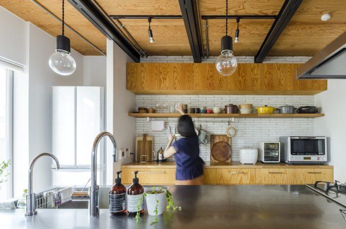 キッチンの棚も図面を描いて造作。壁のタイルは凹凸感が気に入って採用した。nuリノベーション(http://n-u.jp)は、デザインだけでなく生活や趣味もリサーチして3〜4のプランを用意。打ち合わせ回数は無制限で、納得のいくまでプランニングできる。