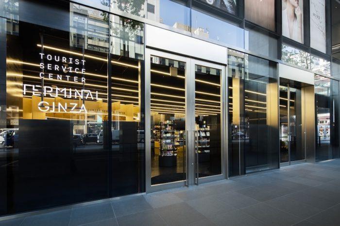 銀座の一等地に立つ「ローソン GINZA SIX店」。洗練された店構えで話題を集める。