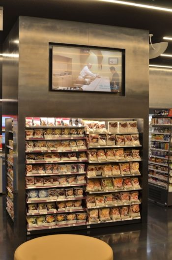 店内のデジタルサイネージにガイドブックに掲載している店を動画で詳しく紹介している。